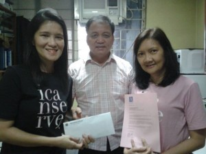 ICANSERVE volunteer Lian Chua (left) receives a donation from Capitol Medical Center Radiology Department Chairman Benigno R. Santi II, MD, FPCR (center), representing proceeds of the CMC Radiology Mammo-Run held on October 12, 2014 in U.P. Diliman.